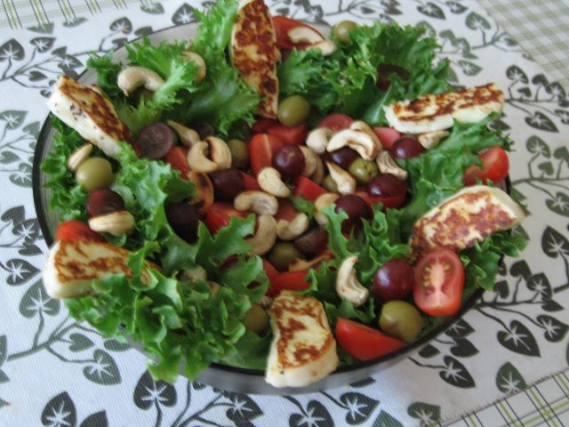 Halloumi-juustoa salaatin kera