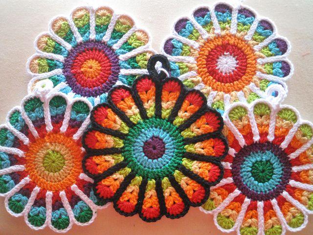 Kan du virka efter mönster från Ravelry Mönstret heter Flowery Potholder och är designat av Jennifer Martin