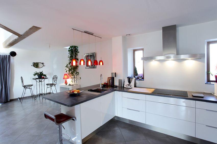 Rénovation maison ancienne Cuisine contemporaine rouge et blanche - cuisine verte et blanche