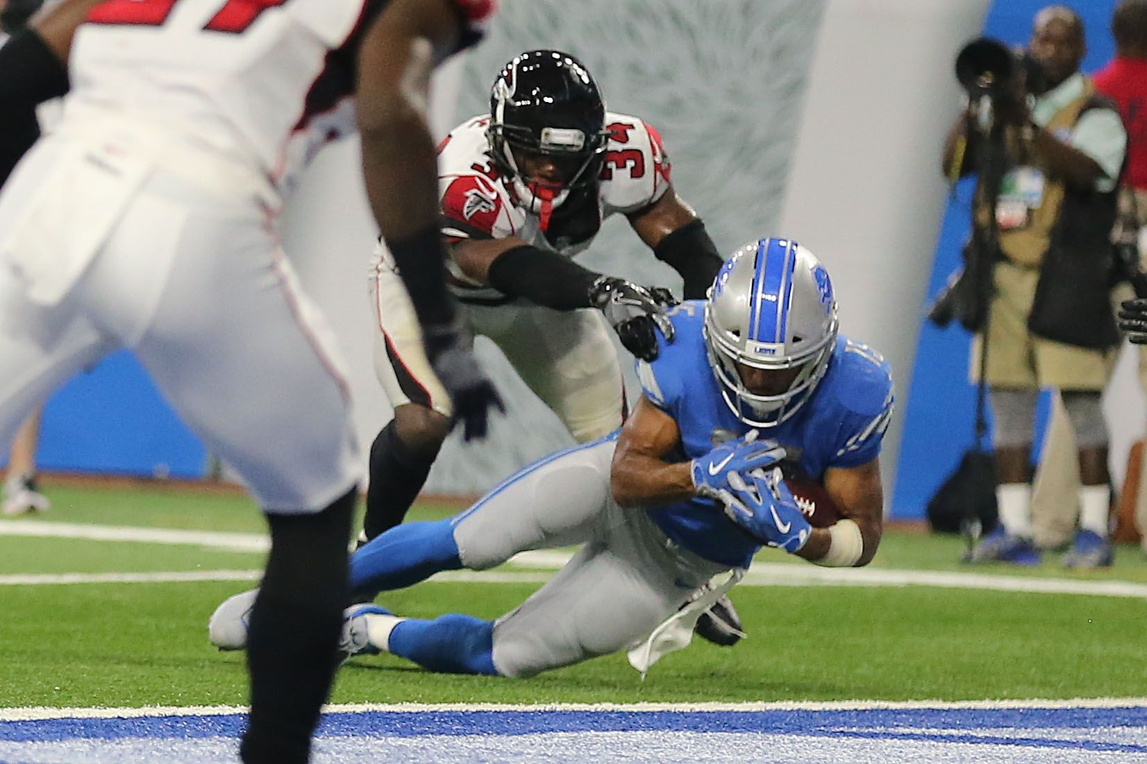 Golden Tate S Game Winning Td Was Overturned Exactly 5 Years After Catching The Fail Mary Sbnation Comclockmenumore Arrowhorizont Nfl Lions Win Golden Tate