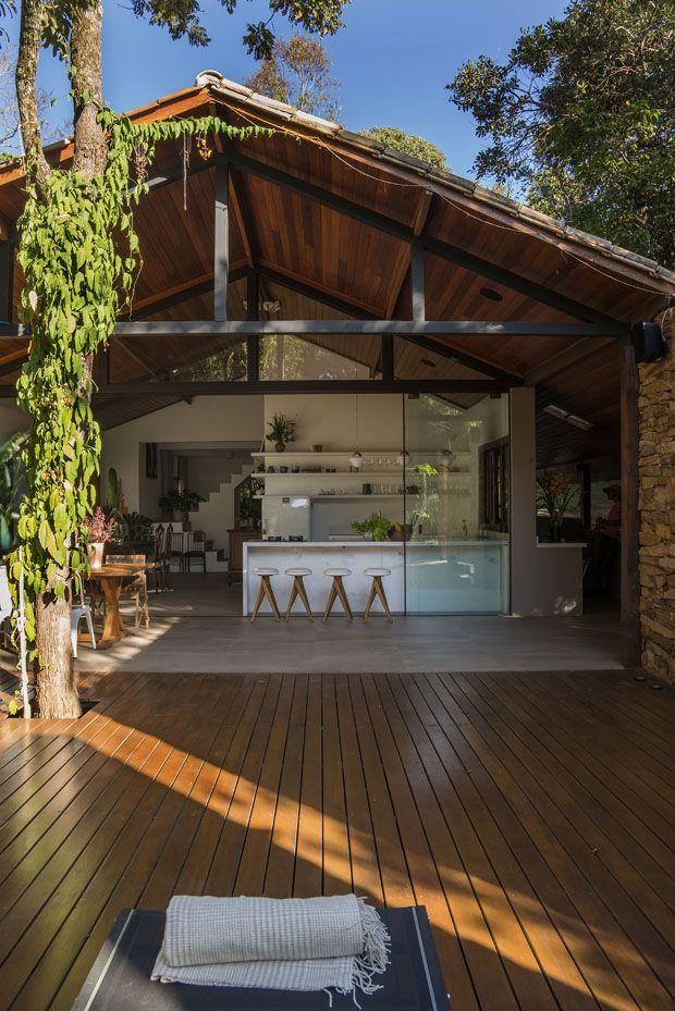 Integração com a natureza marca reforma de casa em Brumadinho #casa