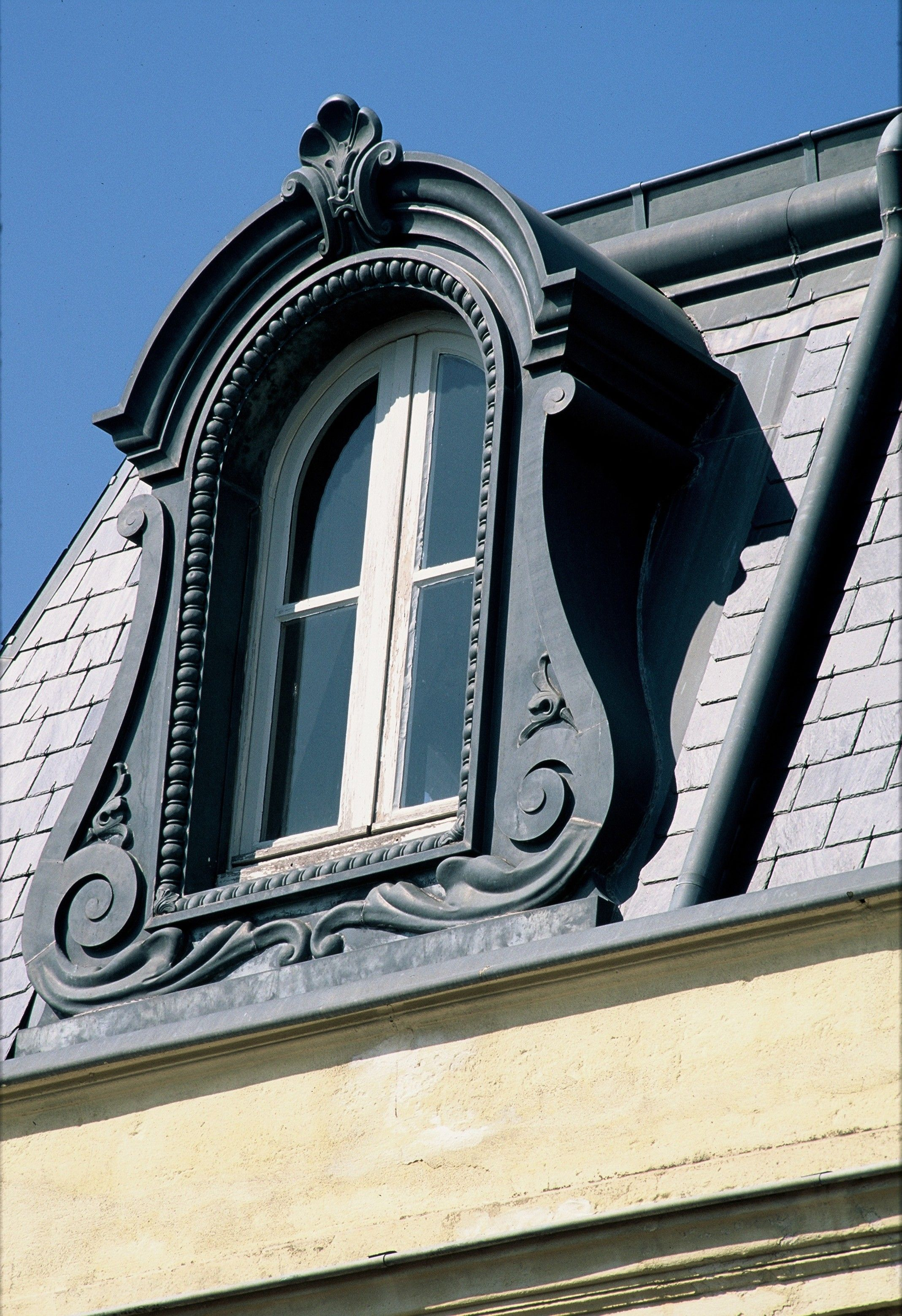 Dormer In Anthra Zinc Montpellier France Roof Architecture Fibreglass Roof Copper Roof