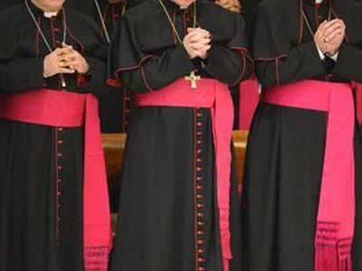 Десет католичких свештеника у Шпанији је оптужено за учествовање или помагање у злостављању једног дечака, наводи
