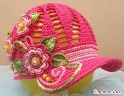 boné de crochê rosa com aplique de flores e aba em crochê endrecido 7e5ec64d5a5