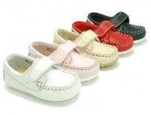 Boat shoes with velcro strap for kids. So confortable!