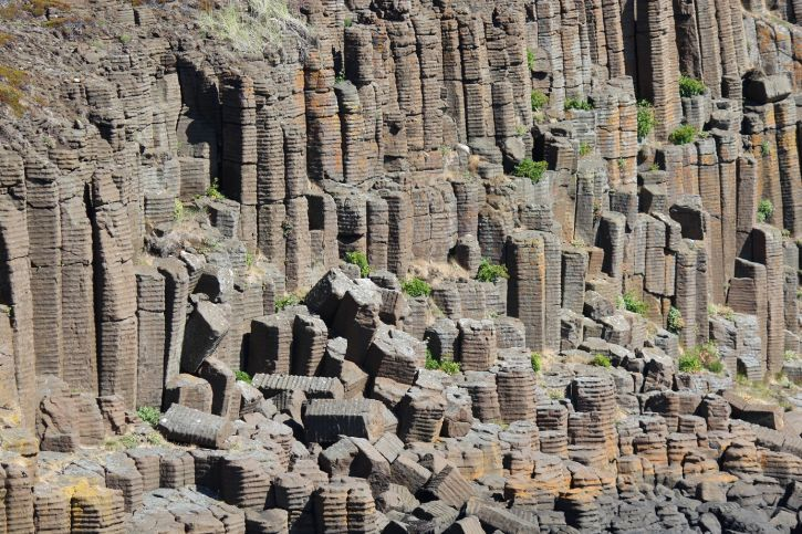 Columnar Basalt is a natural formation caused by the cooling of volcanic rocks. This cooling process makes the rocks contract and crack. The columns often have a hexagonal shape, but are also found in other geometrical shapes like 5 or 7 sides.