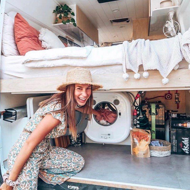 """Kostenloser Online-Van-Life-Kurs auf Instagram: """"Eine weitere Premiere für uns – eine Waschmaschine! Was für ein unglaublicher Luxus, aber man muss sich über diesen Strom- und Wasserverbrauch wundern … Jeder andere … """""""