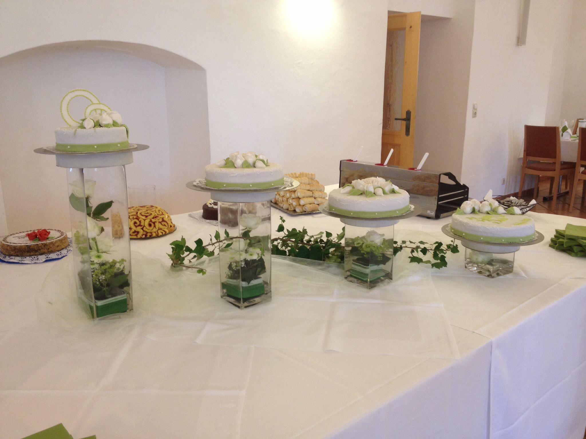 Hochzeitstorte mit Glasvasen und Blumendekoration