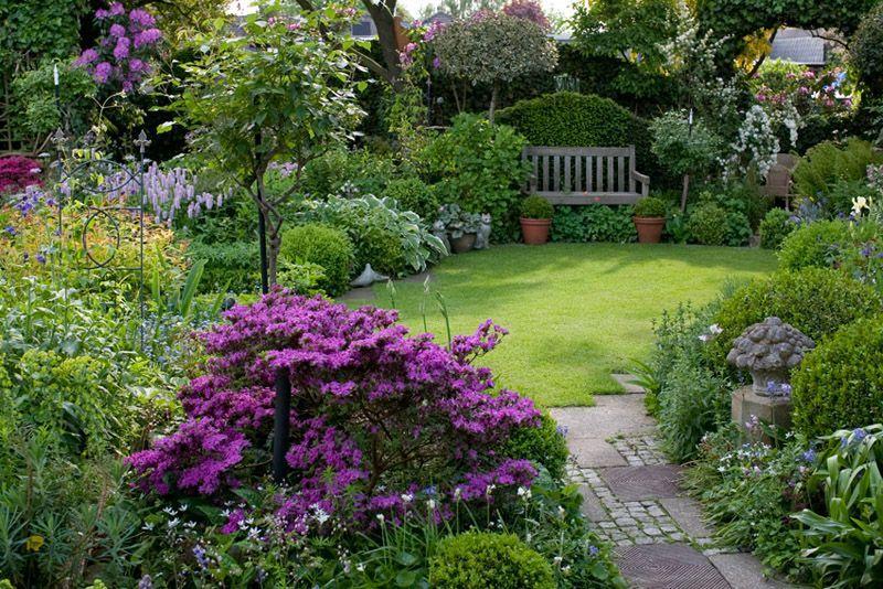 Small Garden Ideas Garden Magic In Her Book Big Ideas For Small Gardens Garden Magic Editor Vi In 2020 Small Gardens Small Garden Design Backyard Garden Design