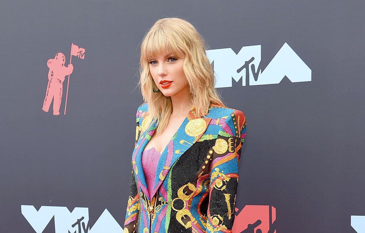 Taylor Swift Partage Des Images Touchantes De Son Enfance Dans Son Clip Christmas Tree Farm En 2020 Taylor Swift Clip Video Celebrations
