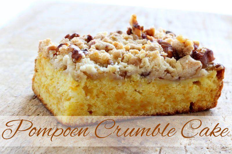 Heerlijke pompoen plaatkoek met een lekker knapperig crumble laagje met walnoten. In deze pompoen plaatkoek zit een vleugje sinaasappel, een erg lekkere