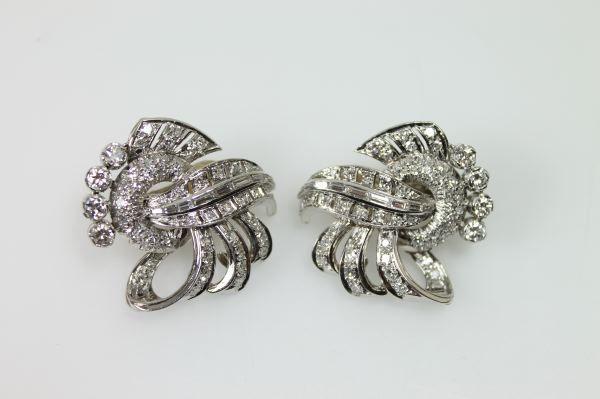 Paire de clips d'oreilles en platine et or, sertis de diamants TA. Années: 1930