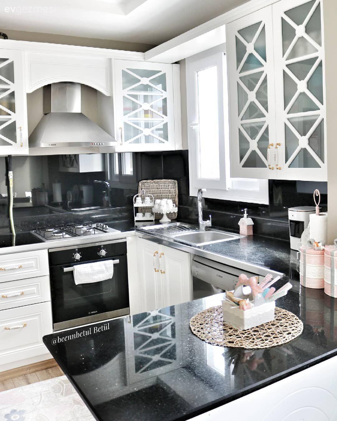 Geleneksel tasarıma sahip bu mutfakta siyah-beyaz kontrastı var