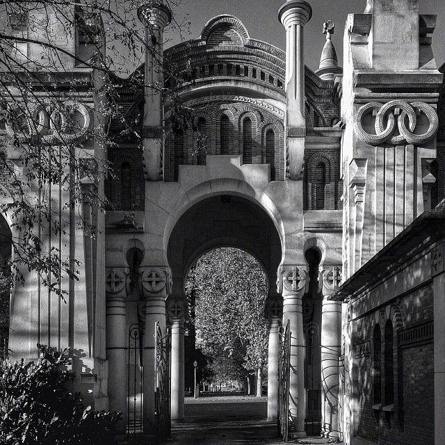 Entrada principal del Cementerio de La Almudena de Madrid. @lrcasanova | Webstagram