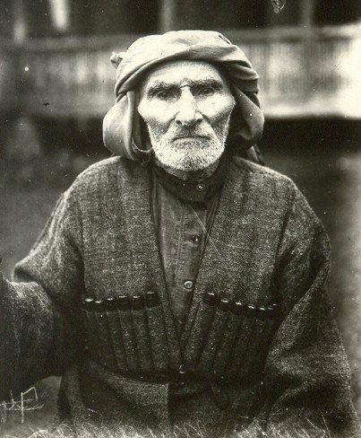 Абхазия всегда считалась родиной долгожителей. Если в целом в СССР на десять тысяч человек приходился один, достигший ста лет, то в Абхазии таких было пятеро. На снимке: старейший житель Абхазии Тлабган Кецба, родился в 1821 году, основатель города Гали, прожил более 140 лет. Как он сам рассказывал, во время его детства были кровавые местные войны, поэтому он ушел в леса и стал жить в одиночестве. В лесу он устроил себе жилье. Постепенно возле него стали селиться другие люди.