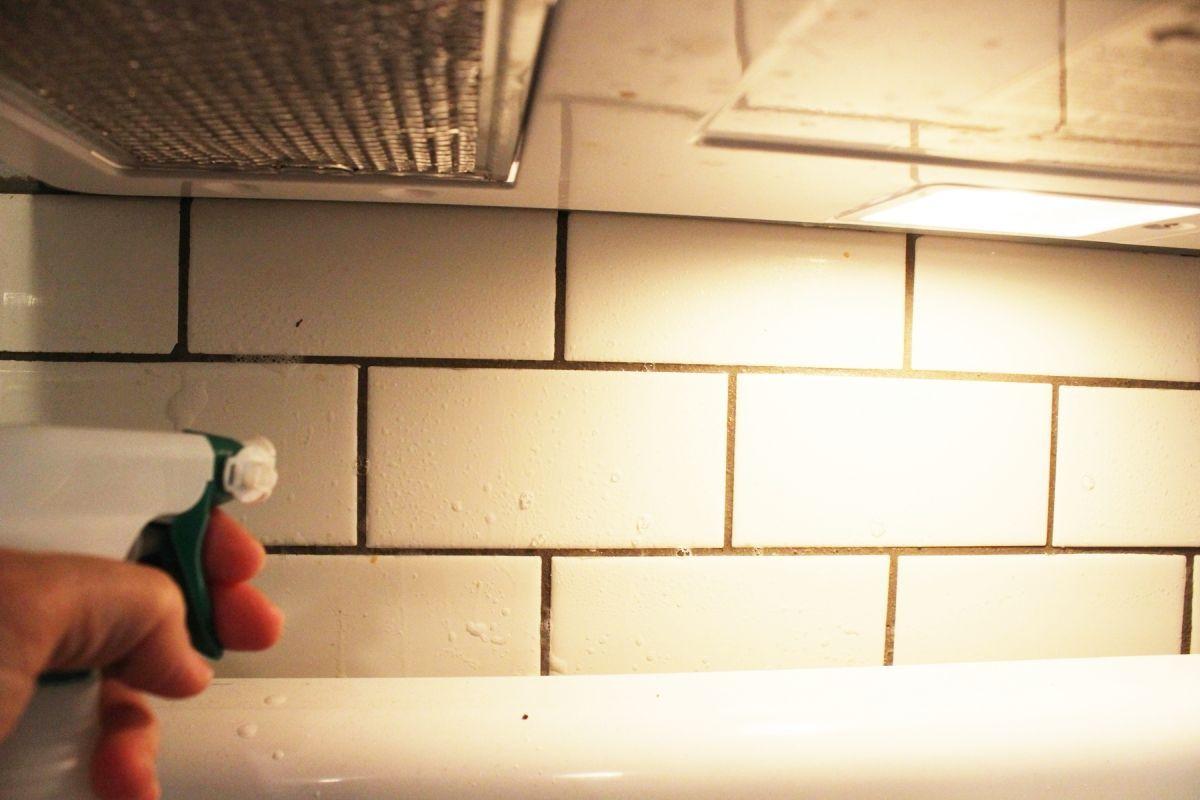So reinigen Sie Backsplash Fliesen in der Küche
