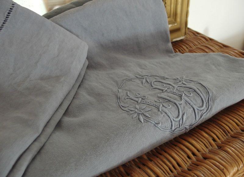 drap ancien en lin teint en gris argent violette. Black Bedroom Furniture Sets. Home Design Ideas