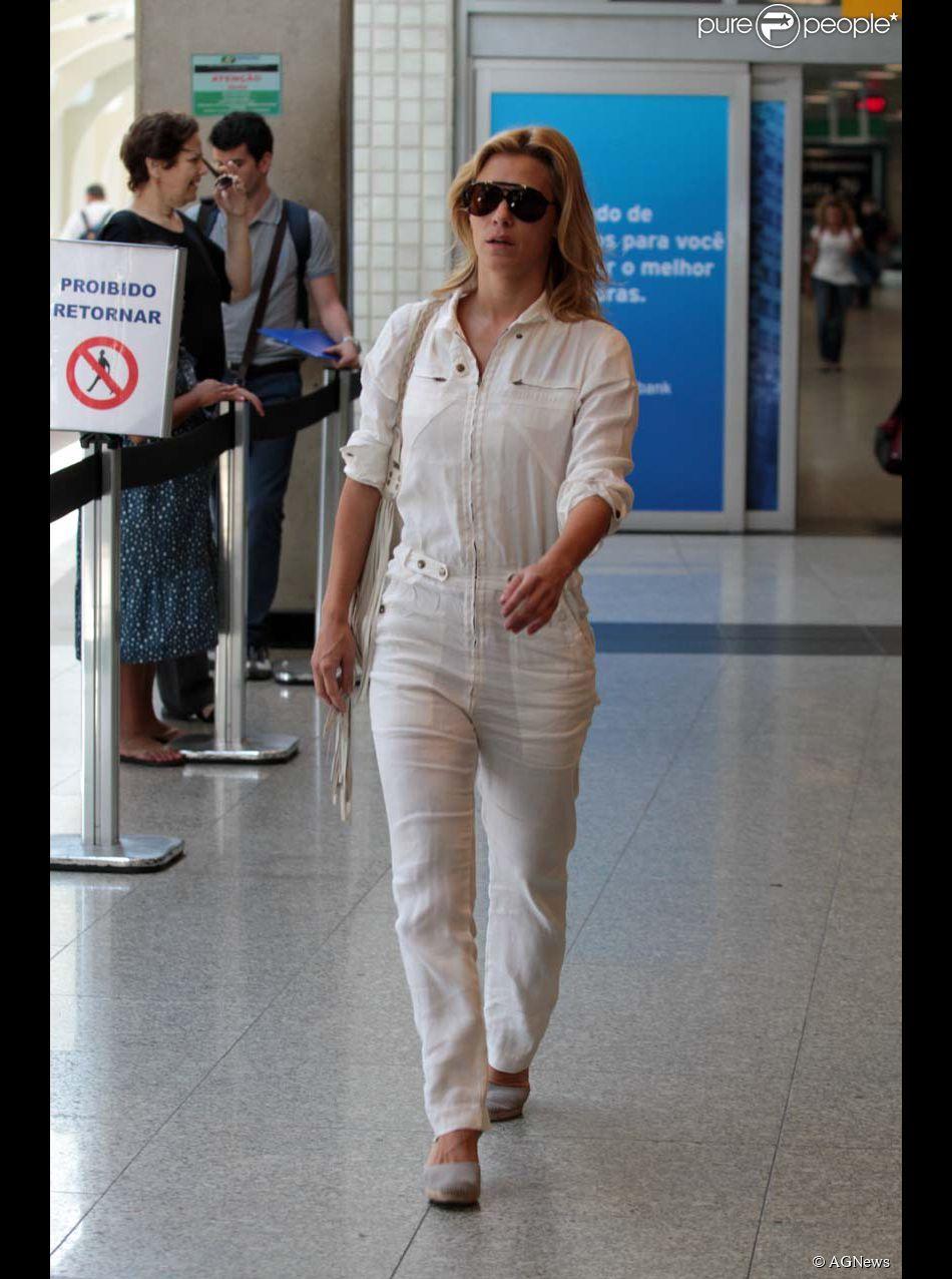 Carolina Dieckmann também entrou na moda dos macacões. A atriz foi clicada deixando um aeroporto em São Paulo usando um modelito todo branco