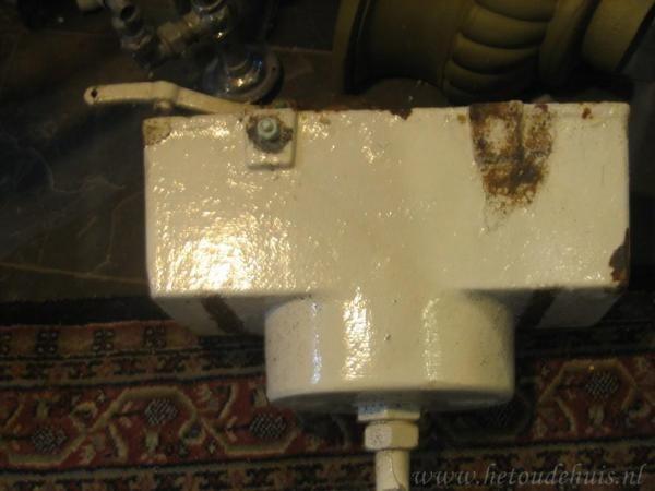 Ouderwetse Stortbak Toilet : Gietijzeren stortbak in het toilet en als er dan iets niet klopte