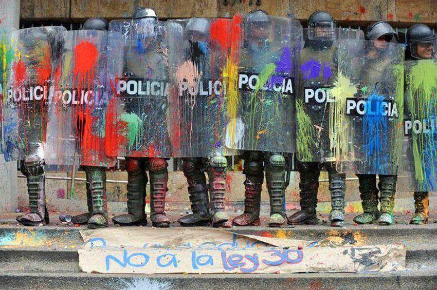 The Art Of Color Street Protest In Bogota Colombia Arte Urbano Produccion Artistica Policia