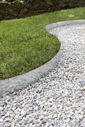 Du gravier blanc pour d limiter les bordures du jardin id e de trottoir contour de maison et - Bordure pour allee de jardin ...
