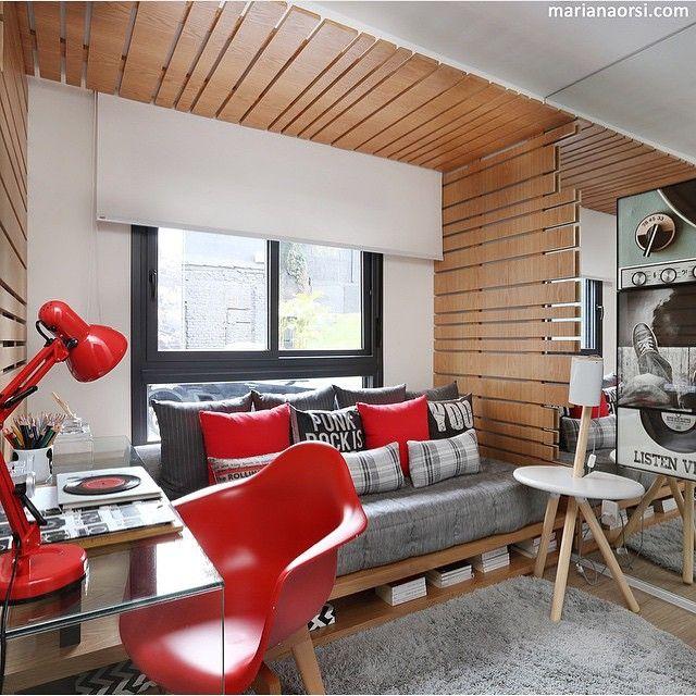 O AH! adora cama deck, é linda e super funcional, podemos utilizar a parte de baixo com gavetões ou nichos, e olha que perfeita essa cama deck no projeto de @fernandamarquesarquiteta ♥️ Madeira e vermelho não formam uma combinação perfeita?!  By @mariana_orsi #ahlaemcasa #madeira #vermelho #camadeck #quartojovem #projetojovem