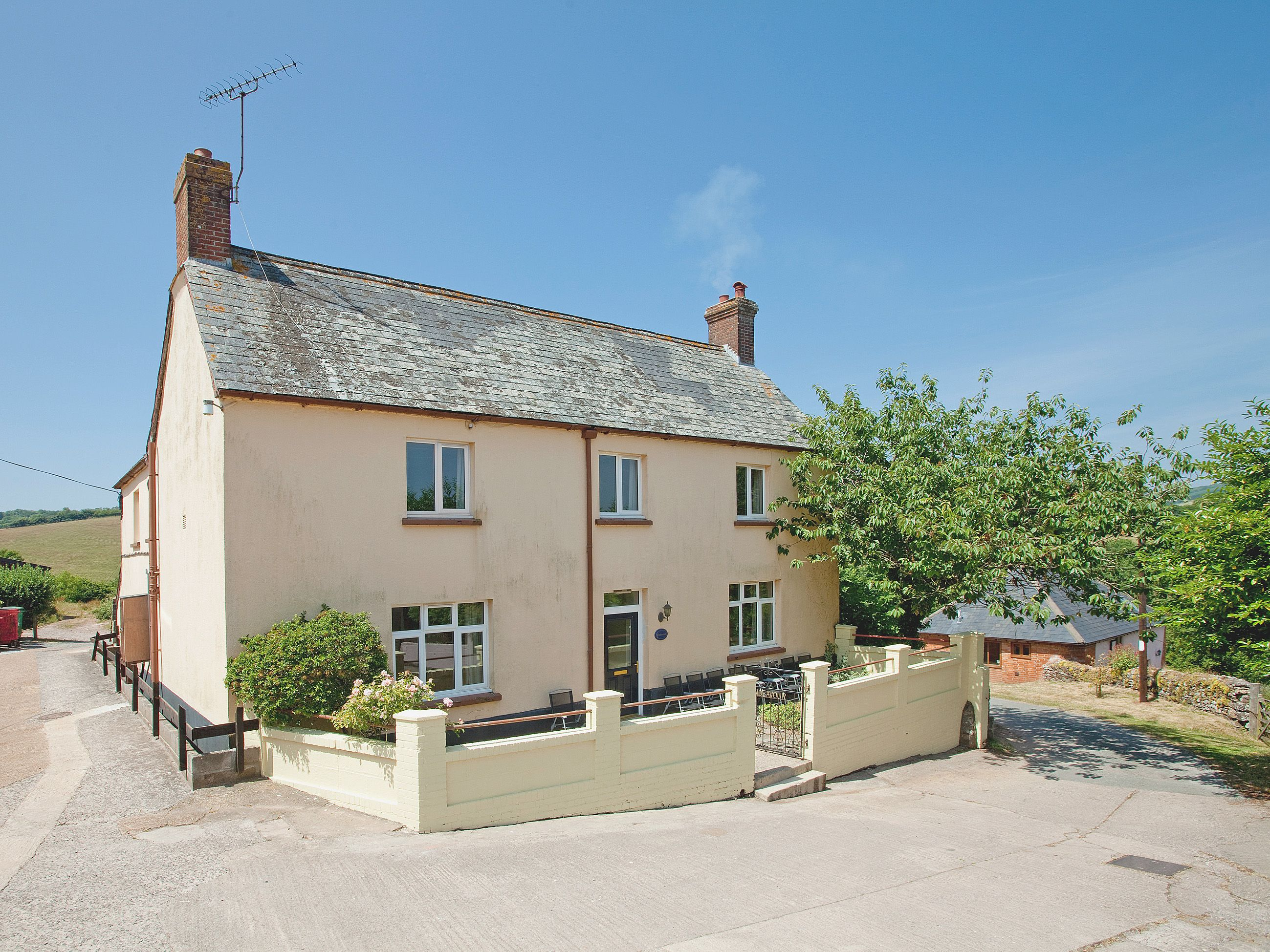 This property can cater for a party size of 15 with 7 bedrooms and 6 bathrooms.