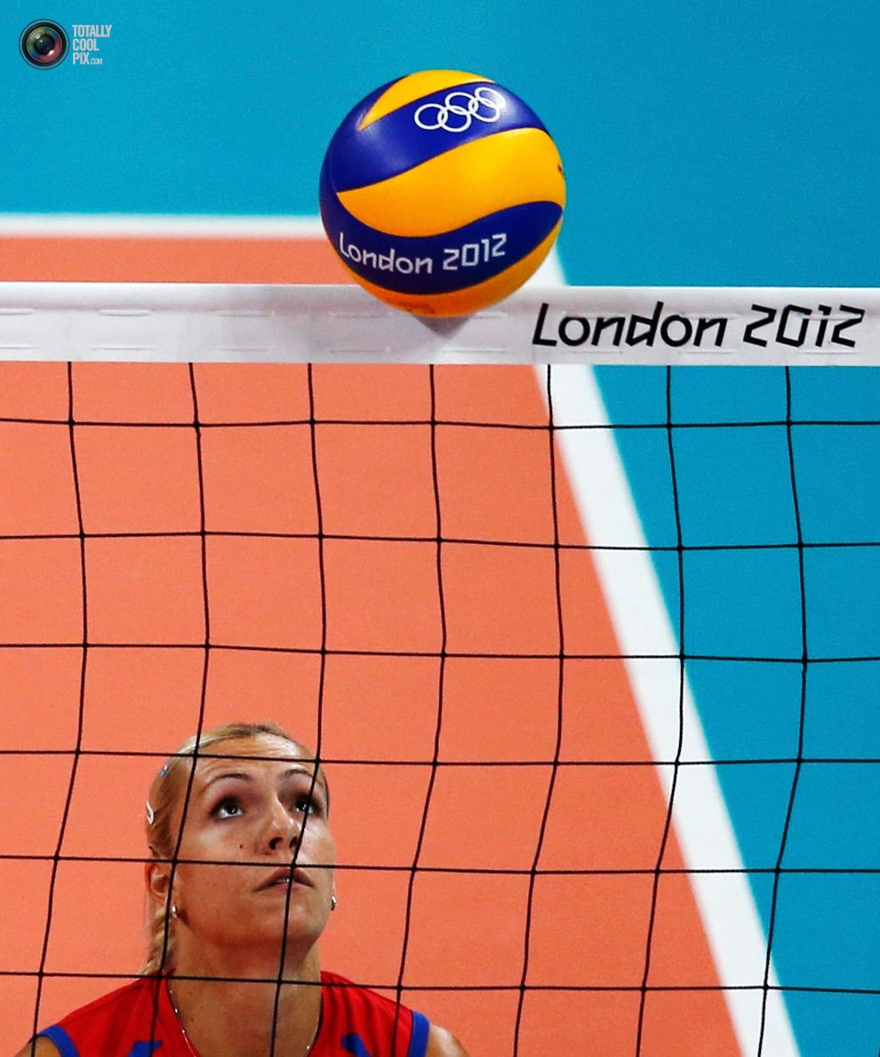 Serbia S Ivana Djerisilo Watches As The Ball Falls Over The Net During Their Women S Group B Volleyball Match Against Tu Olympic Games Olympics Summer Olympics