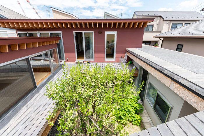 屋根にぐるりとデッキめぐる 子どもにも大人にも楽しい家
