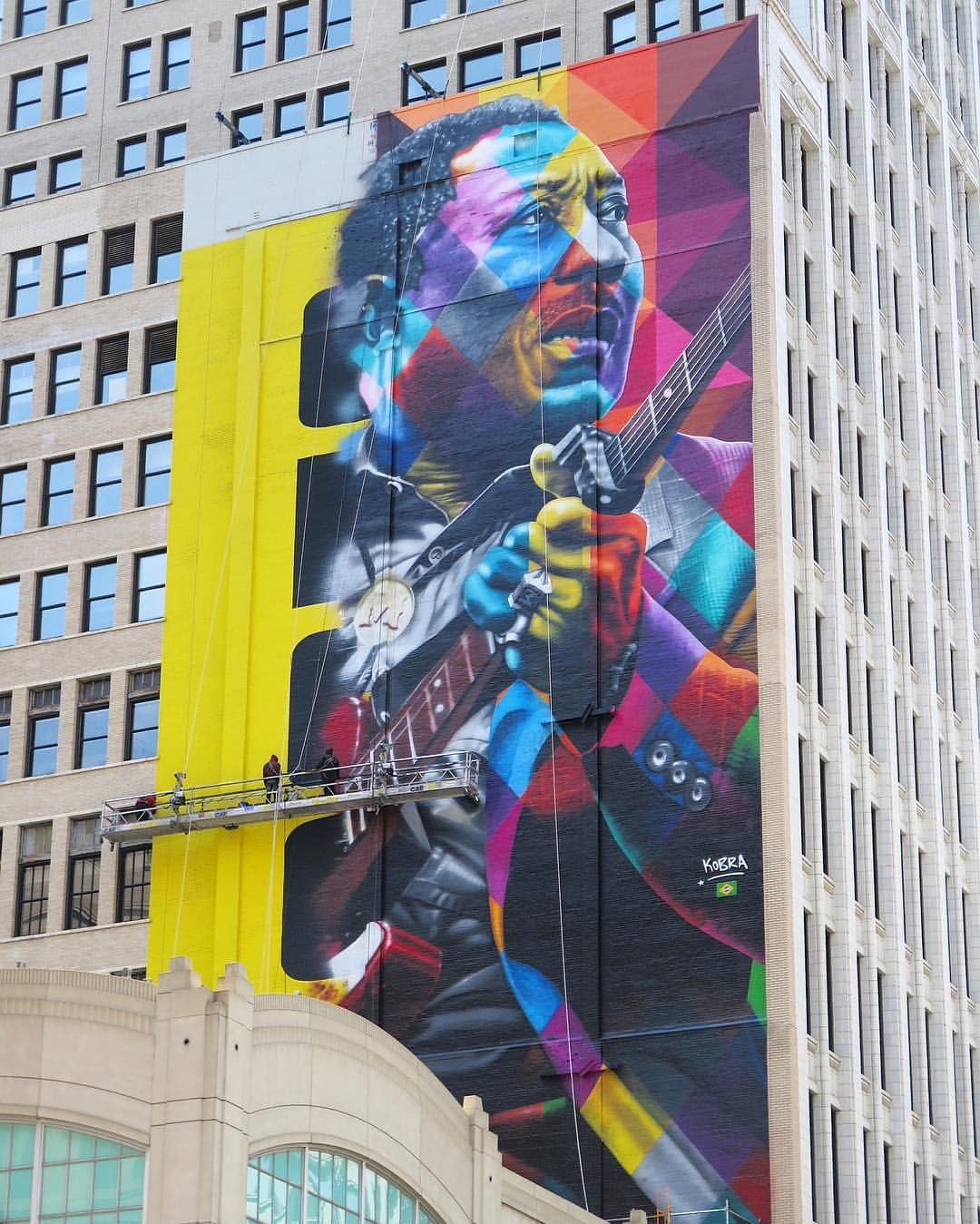 Eduardo Kobra At Work On A Massive Muddy Waters Mural In Chicago - Clever free bird see graffiti spotted in chicago leads to a creative surprise