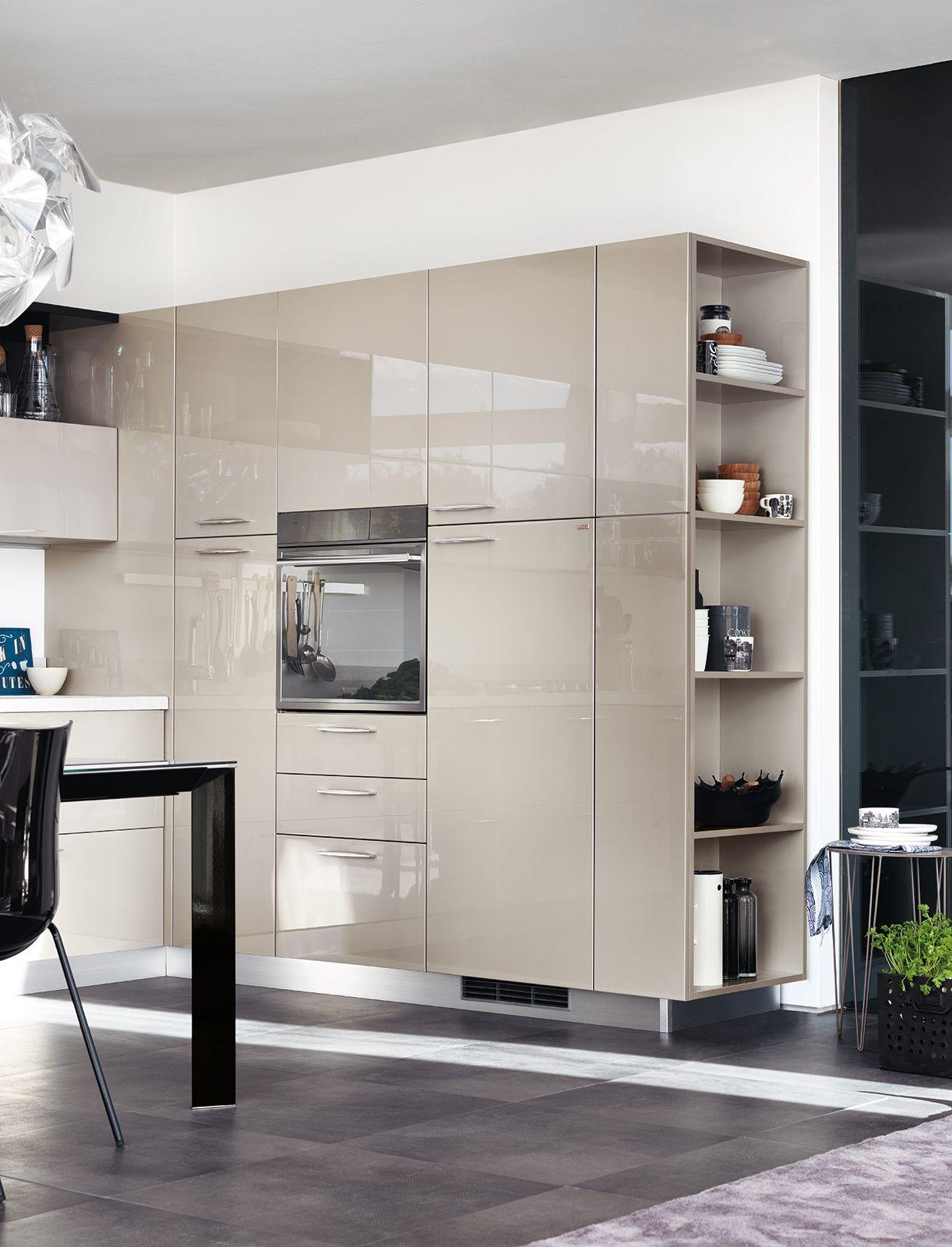 Un grande armadio attrezzato dotato di scaffali laterali - Ante per cucina laccate prezzi ...