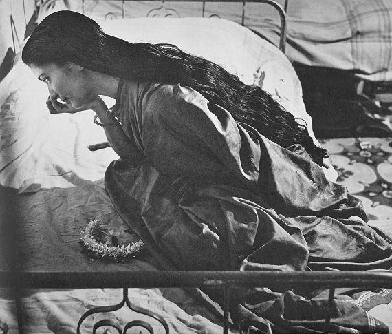 Werner Bischof_Junge indische Tanzerin, sich schminkend_1951