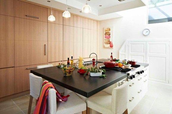 cuisine avec îlot central, plans de travail en granit noir, façades - Table De Cuisine Avec Plan De Travail