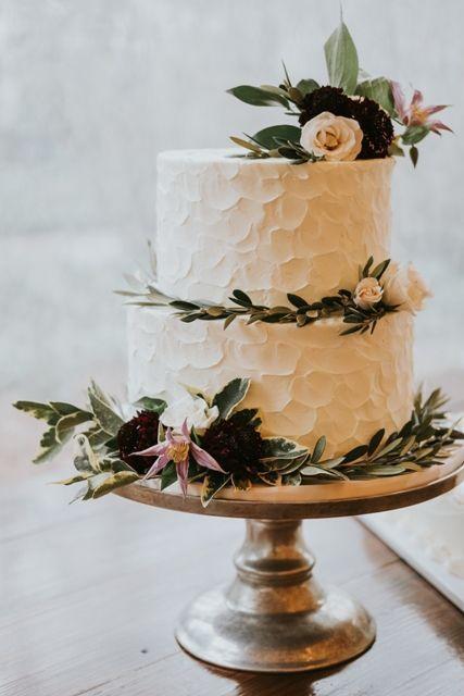 Simple romantic wedding cake you will love