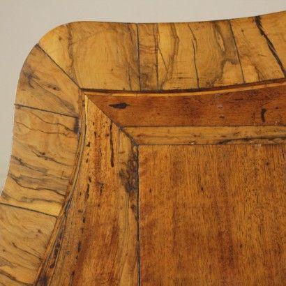 Tavolino da salotto - particolare piano #tavolinodasalotto #tavolinodacentro #tavolinoantico #tavolinoantiquariato #tavolinoinnoce #tavolinoinulivo #tavolino900