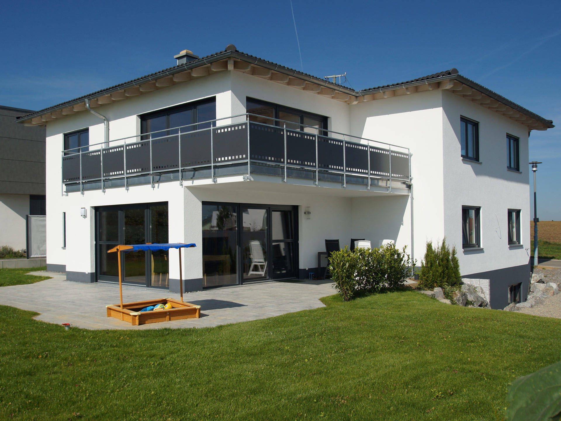 Haus dom einfamilienhaus von digabau attraktives for Walmdach modern