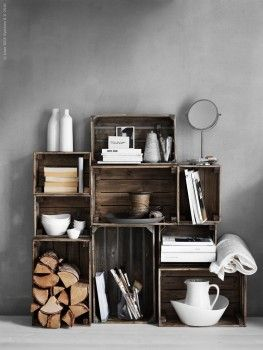 Hüttenzauber kann man auch improvisieren, wie dieses Beispiel von Ikea zeigt. Alles was es dazu braucht: ein paar alte Holzkisten, Cheminéeholz und Wohnacccessoires.