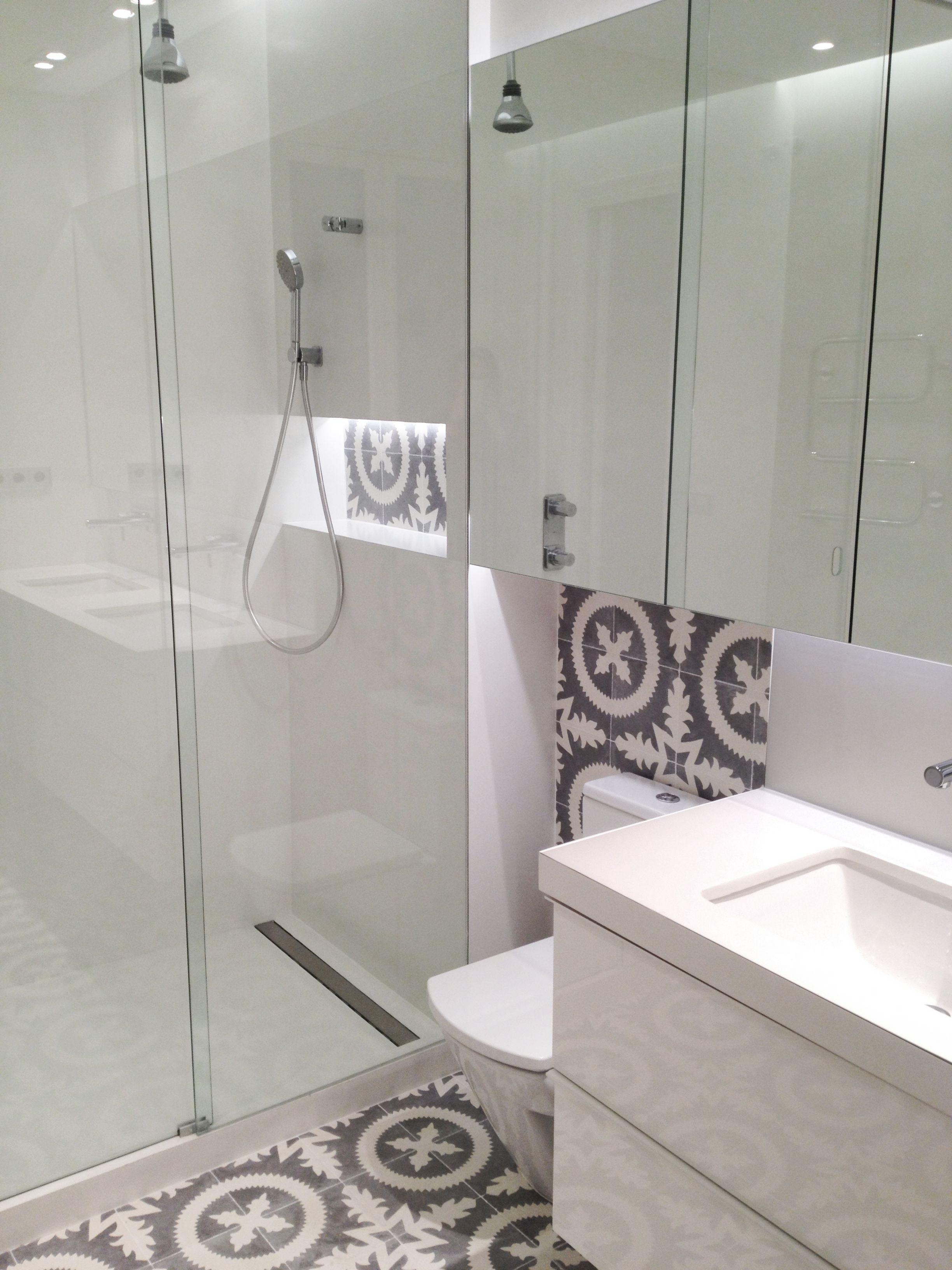 Baldosas Baño Pequeno:Cuarto de baño en microcemento blanco y baldosa hidráulica Mampara