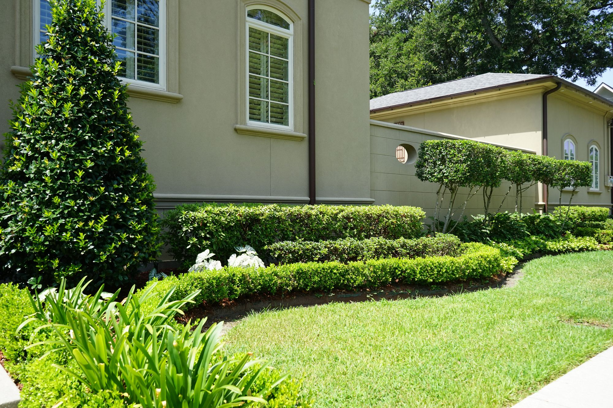 A Formal Front Garden Design For This New Orleans Landscape Formalgarden Gardendesign Landscape Hedges Front Garden Design Landscape Design Garden Design