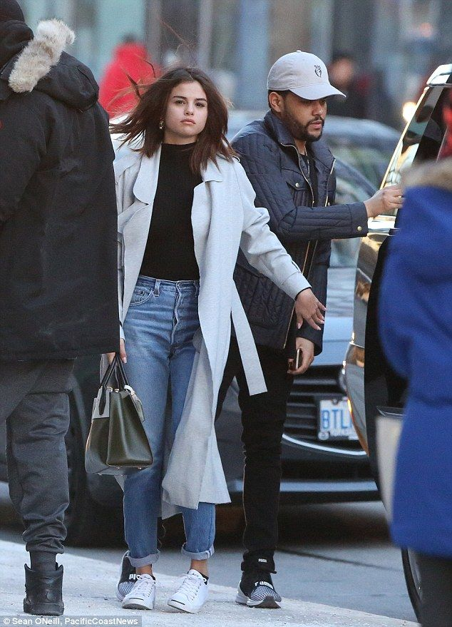 selena gomez and the weeknd enjoy a night out in toronto outfit ideen outfit und sommer. Black Bedroom Furniture Sets. Home Design Ideas