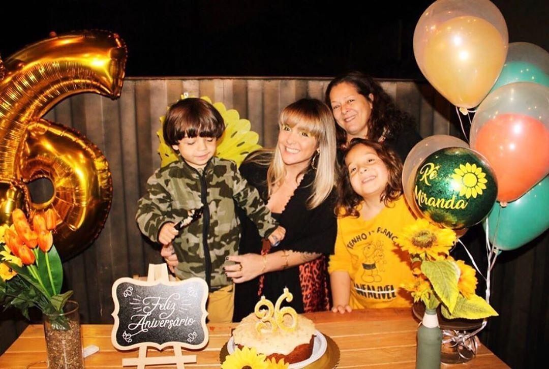 Meu mundo em uma foto!🌷🎈🌻💐🎉 eu, rodeada de amor 🙏🏻! #bomdia #amor #familia #aniversário #quotes #love #happiness #family #primavera #36anos #36primavera #morumbi #stuntburger #flordelotusmorumbi #moda #look #festa #party #spring #ballons #decor #girassol #sunflowers #decoração #cake #bolodamadre #artesanatobarros