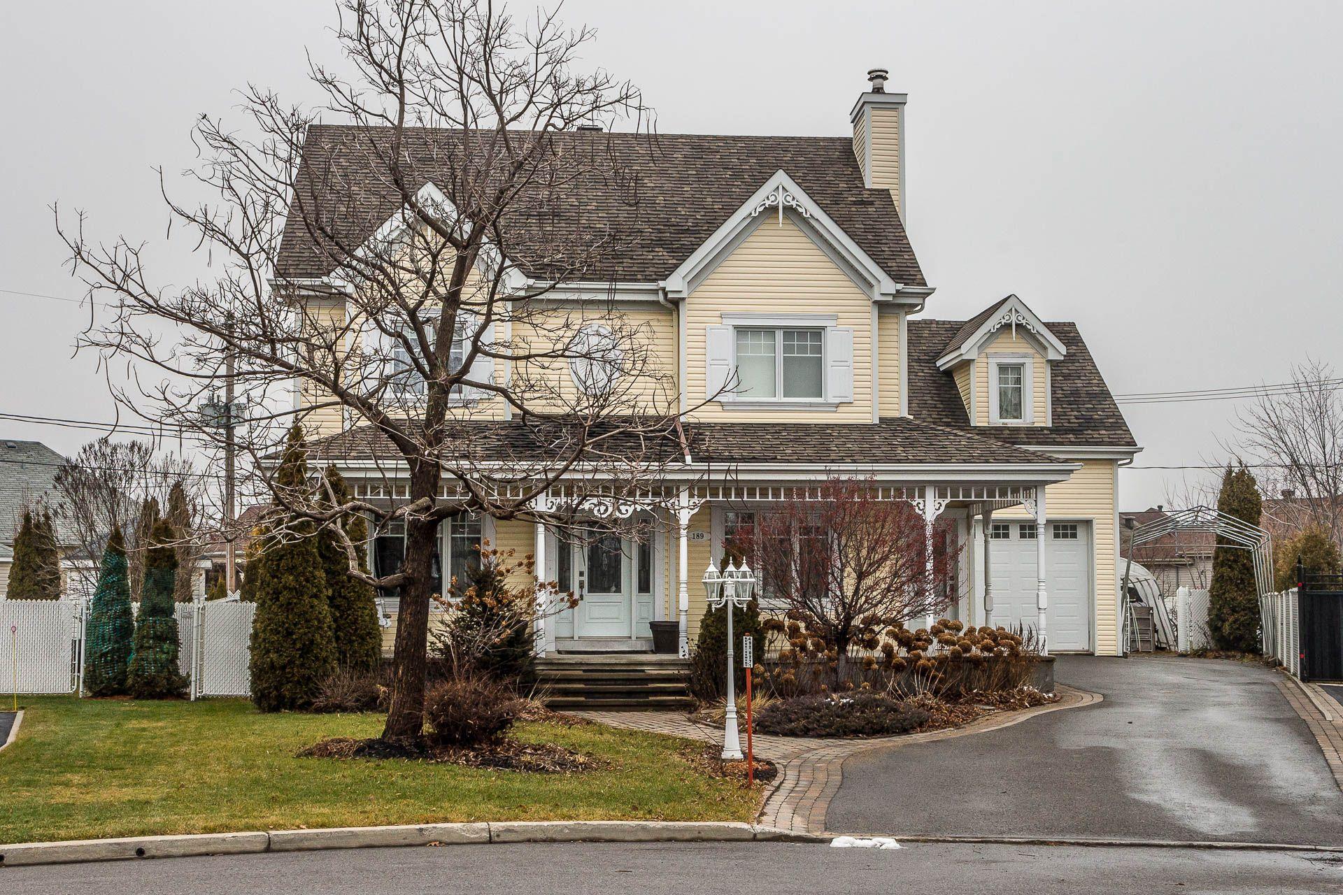 Tr s belle maison victorienne avec sous sol fini style for Entrepreneur maison