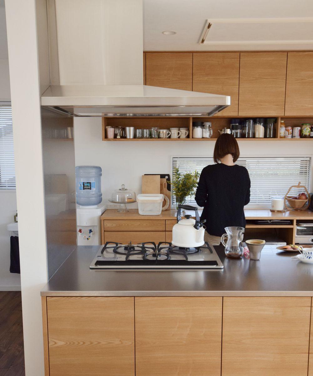タモとステンレスのペニンシュラキッチンと食器棚 オーダーキッチン