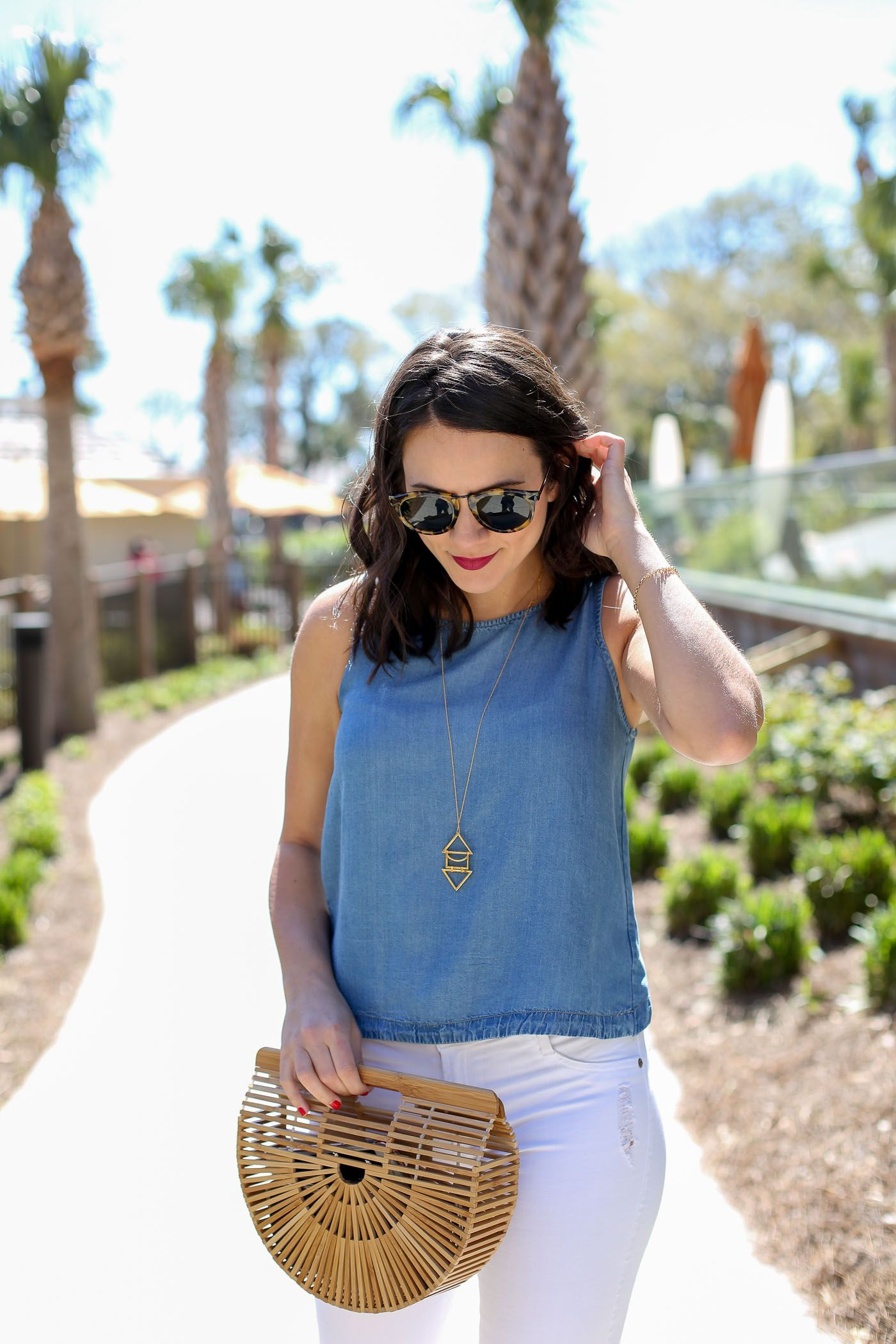 702e19584615 If you re looking for white jeans outfit ideas for summer check out this  simple weekend look from style blogger