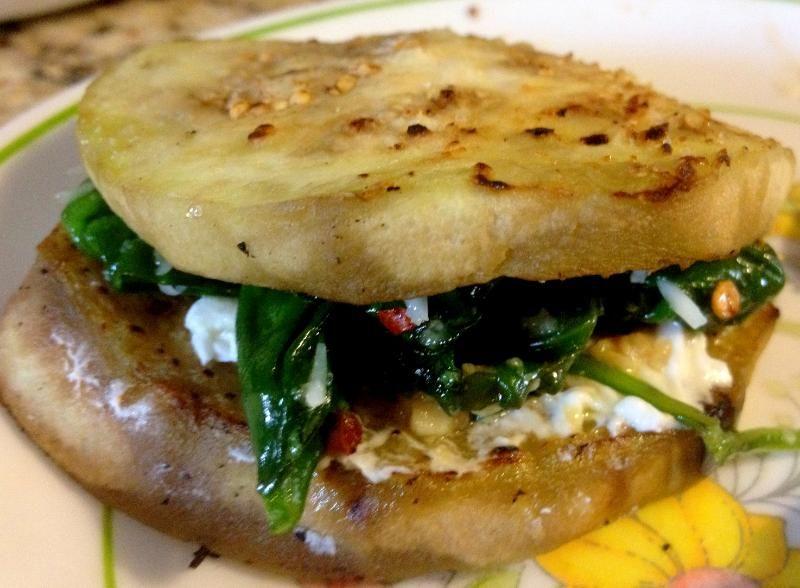 Veggie, pero bien: sandwich de espinacas morrón y queso de cabra en berenjenas especiadas..