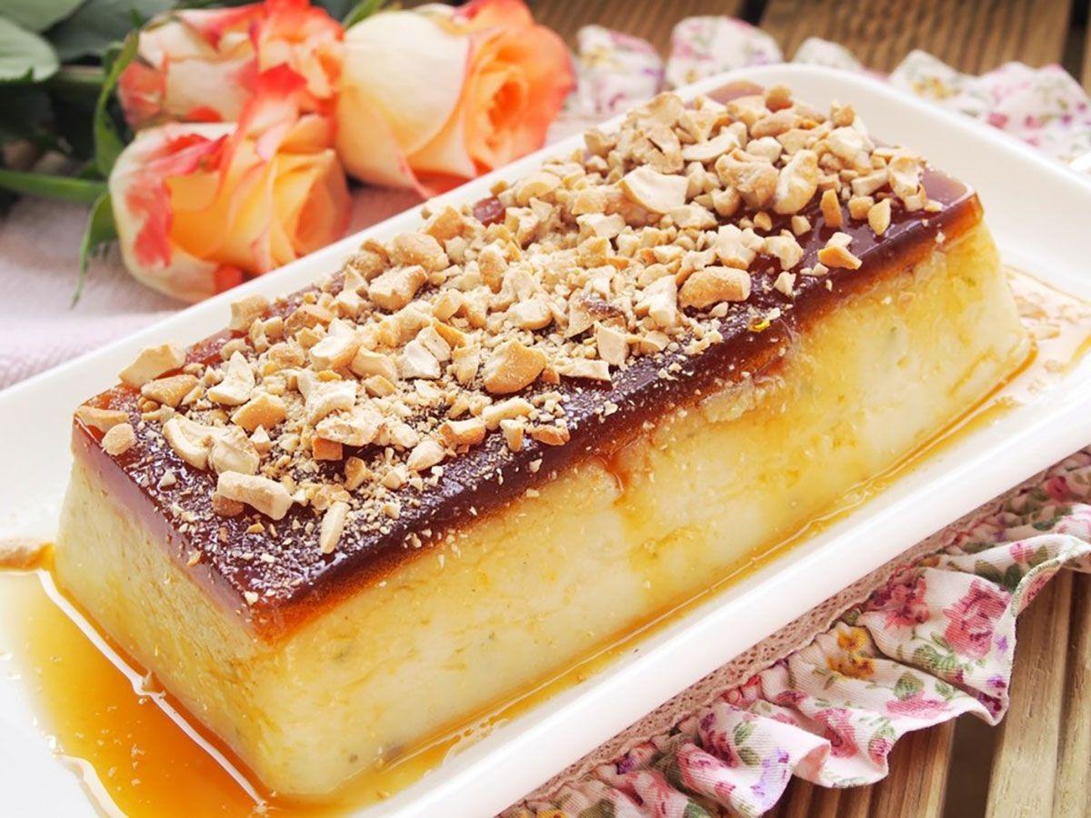 """""""Desertul turcesc din griș"""" este un deliciu foarte simplu cu un gust nemaipomenit de bun. Acest desert rafinat și delicios este deosebit de gingaș și cremos, este acoperit cu un strat de caramel și un strat de nuci caju mărunțite – o combinație apetisantă cu aromă intensă de citrice, de care te îndrăgostești iremediabil. Nu ratați această rețetă minunată și răsfățați-vă familia cu un desert fabulos! EchipaBucătarul.euvă dorește poftă bună alături de cei dragi!"""