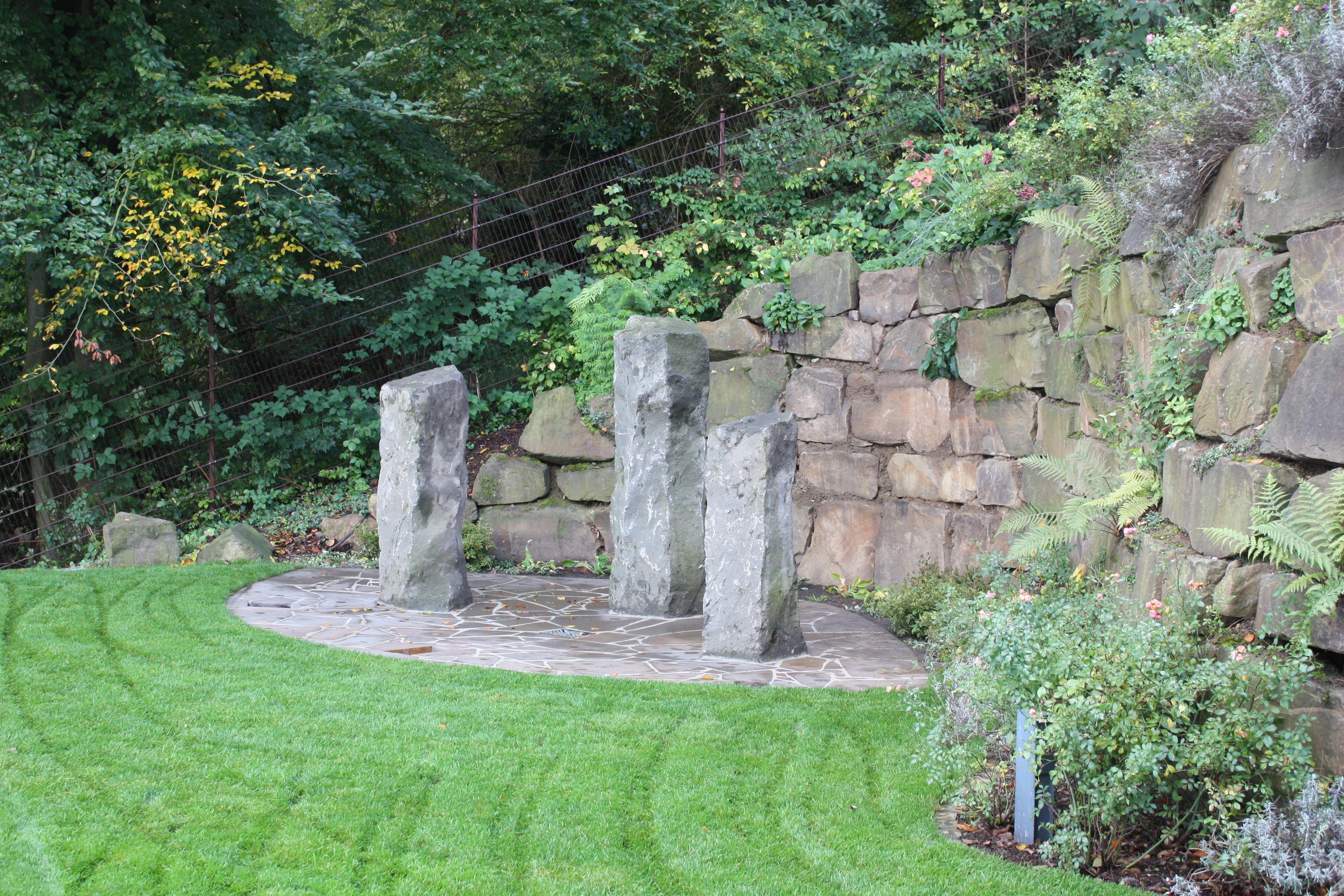 individuelles wasserspiel aus basaltlava säulen in klassischer, Garten ideen