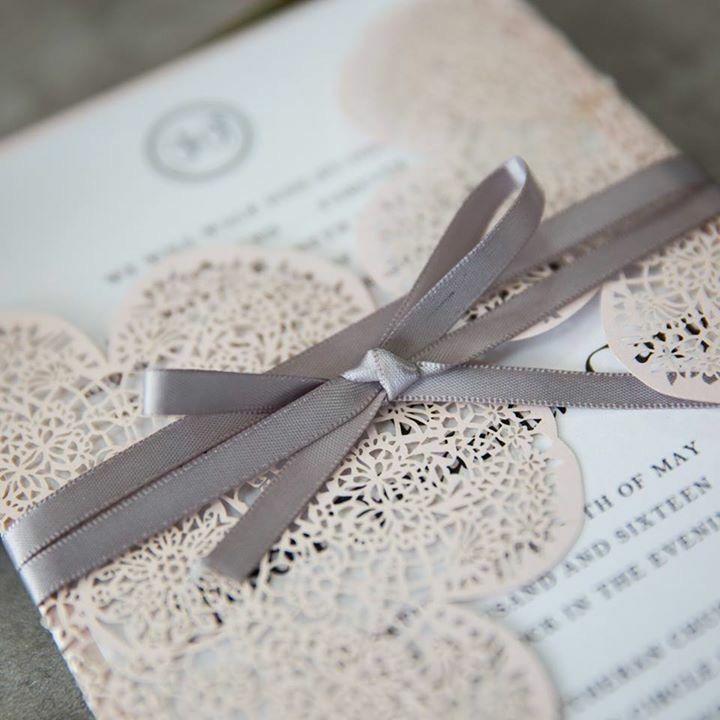 Faire-part mariage papier dentelle romantique thème hippie chic fleurs