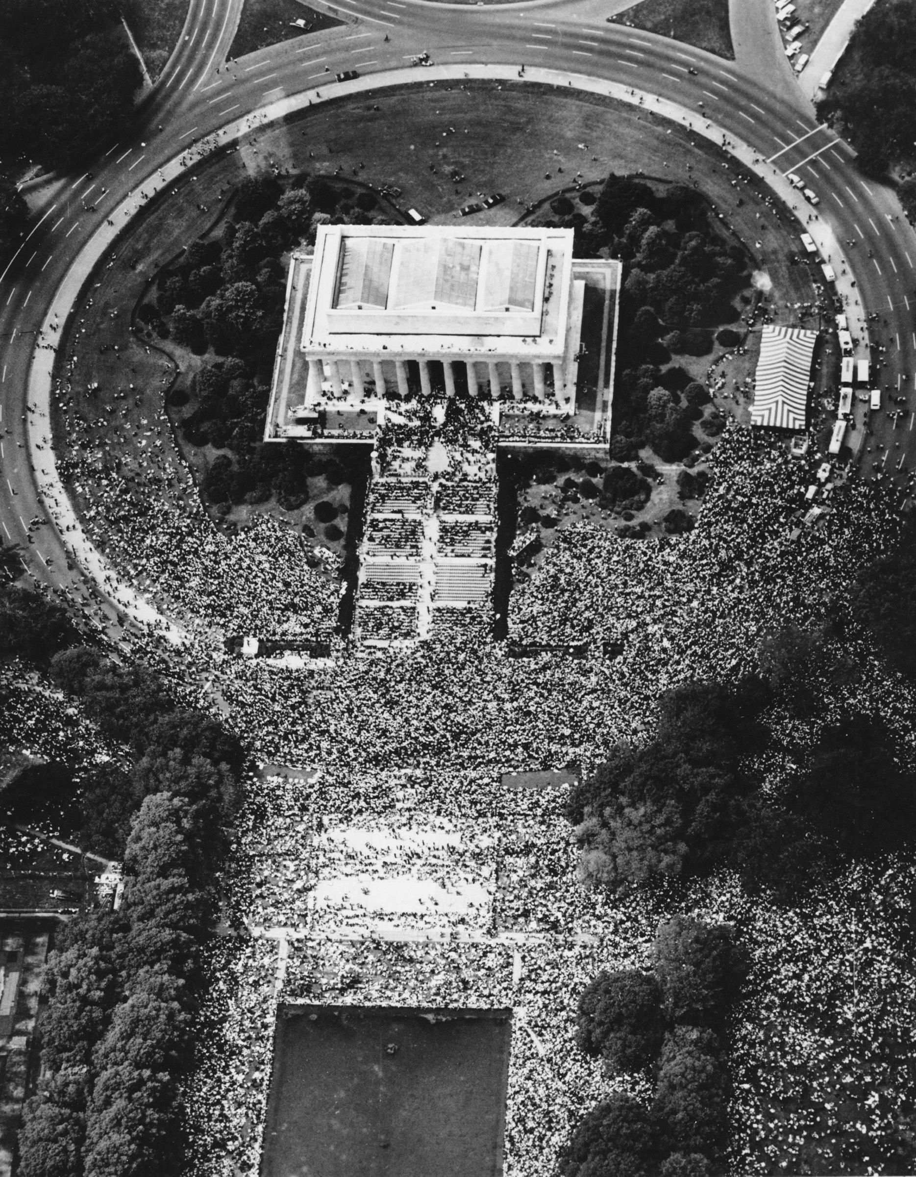 Aerial view of the crowds at the lincoln memorial in