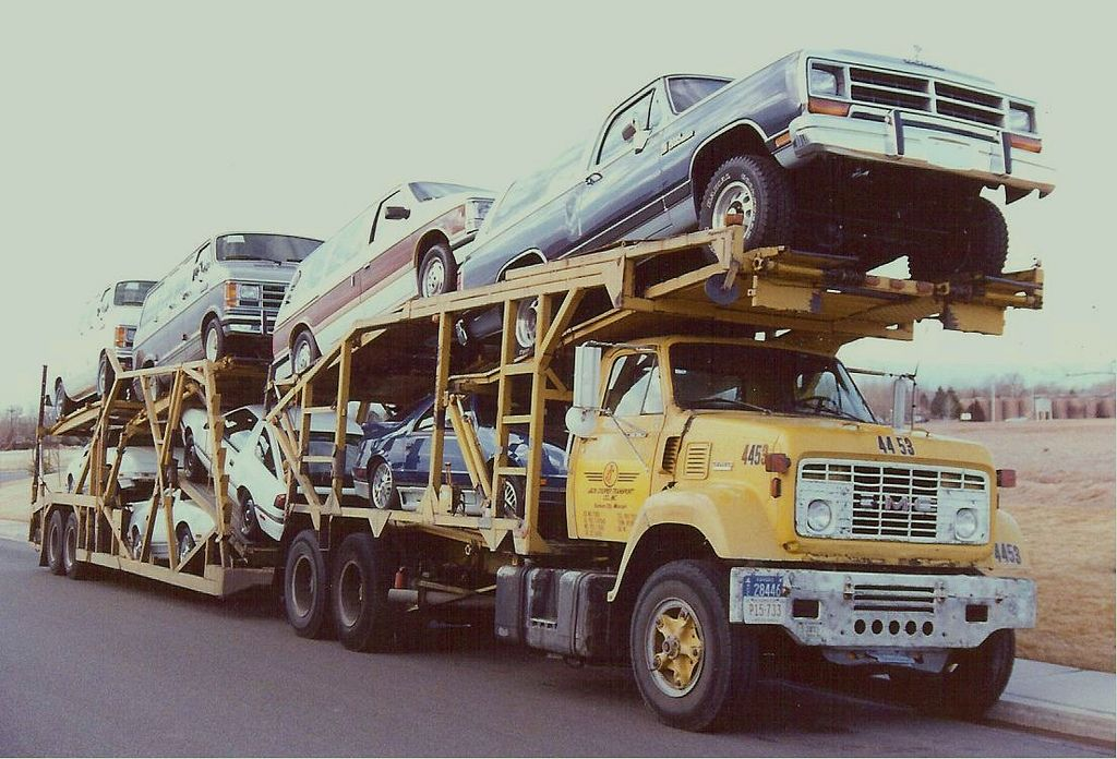 A Stuart trailer and headrack on this GMC that once belonged to United Transports. I'd like to have that 1989 Ramcharger today.